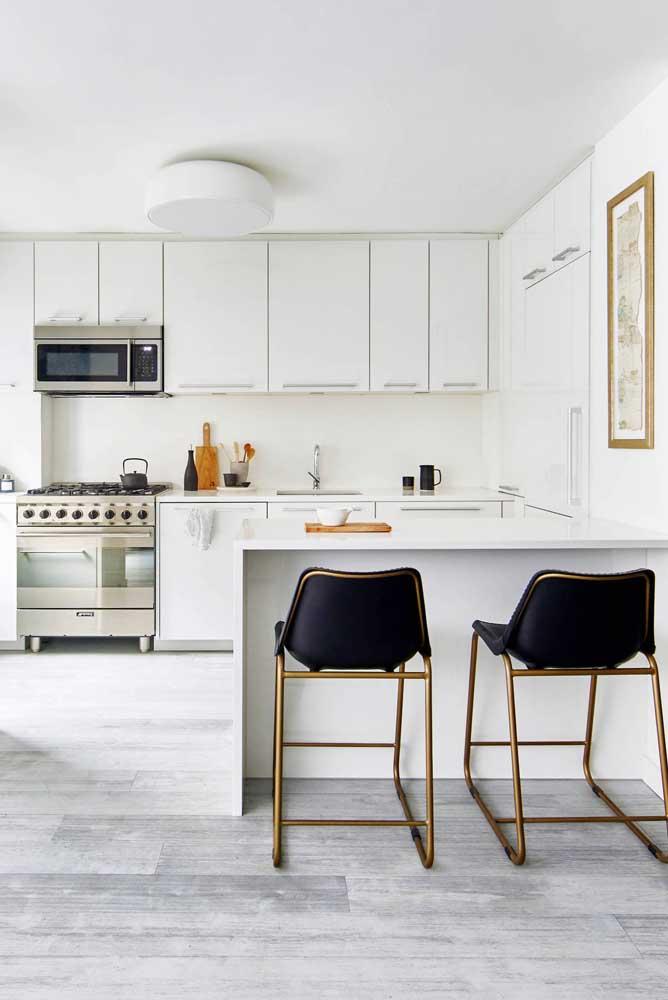 Para destacar a cozinha decorada na cor branca, use um piso com estilo diferenciado.