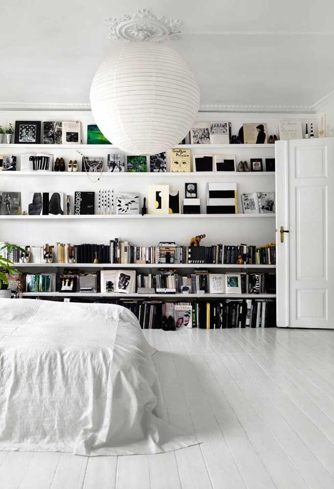 Para decorar um quarto branco e preto, use móveis na cor branca e os objetos decorativos na cor preta.