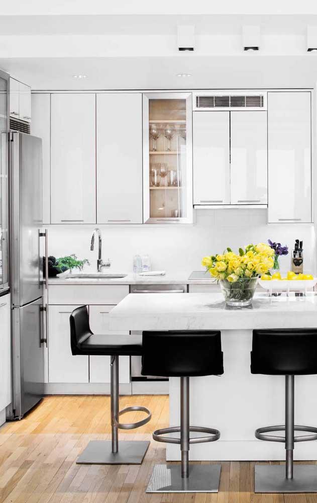 Quer deixar a cozinha com um toque especial? Coloque cadeiras pretas para os convidados se sentarem.