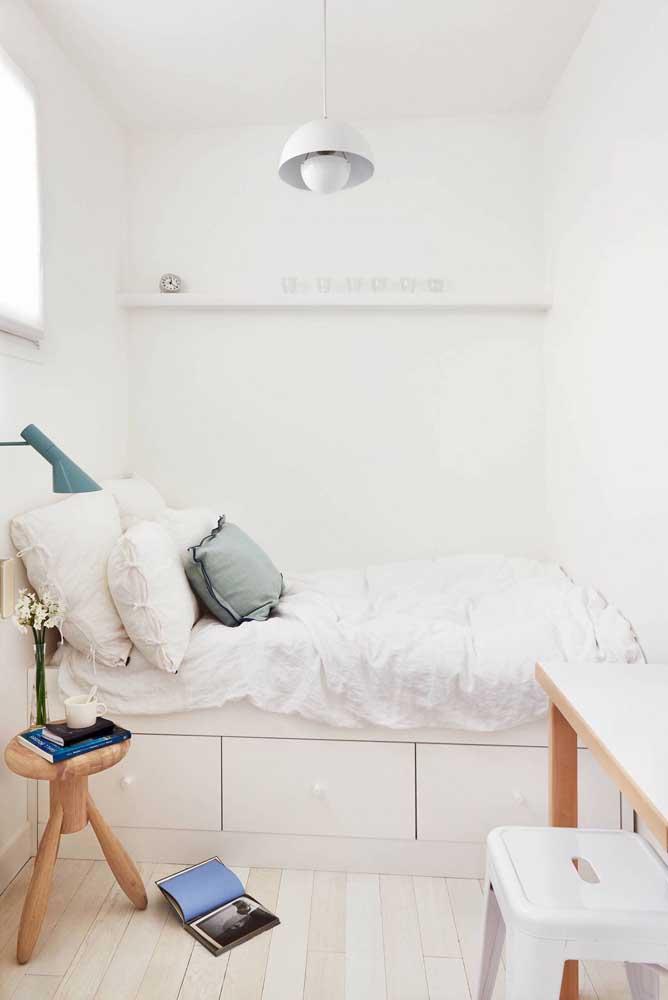 No quarto você também pode fazer combinações com a cor branca e móveis de madeira.