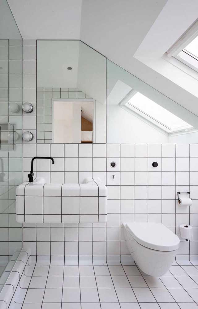 Para deixar esse efeito no banheiro, pinte na cor preta o espaço entre os azulejos.