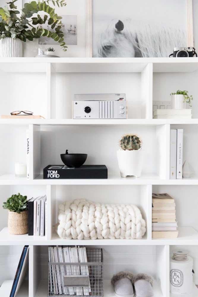 Se você deseja ter uma decoração mais clean, pode apostar em objetos decorativos na cor branca.