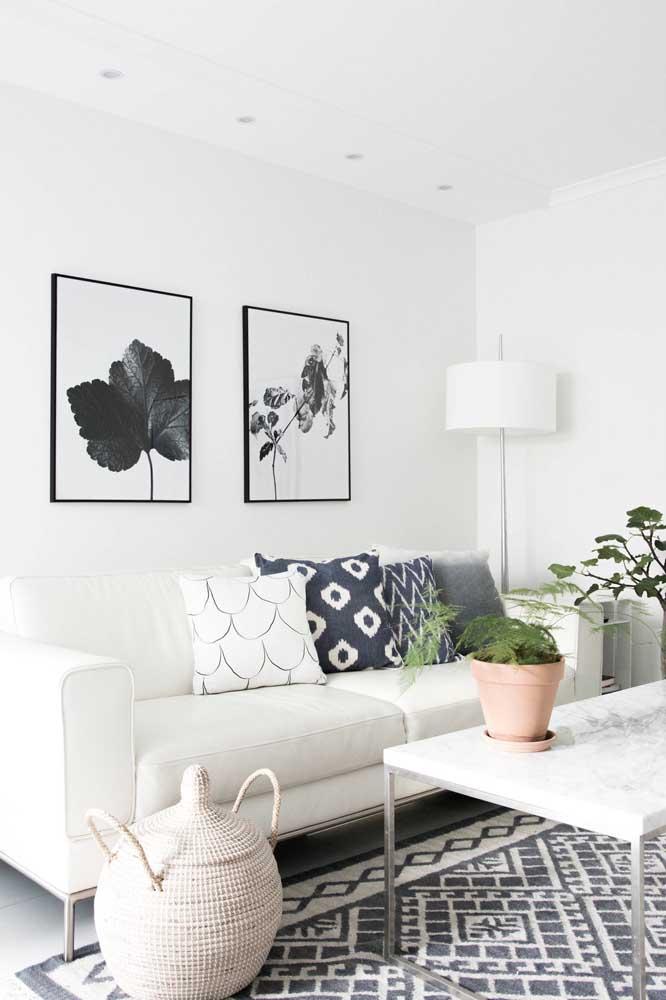 Para fazer uma decoração preta e branca na sala, basta usar móveis na cor branca e objetos como quadro e tapete na cor preta.