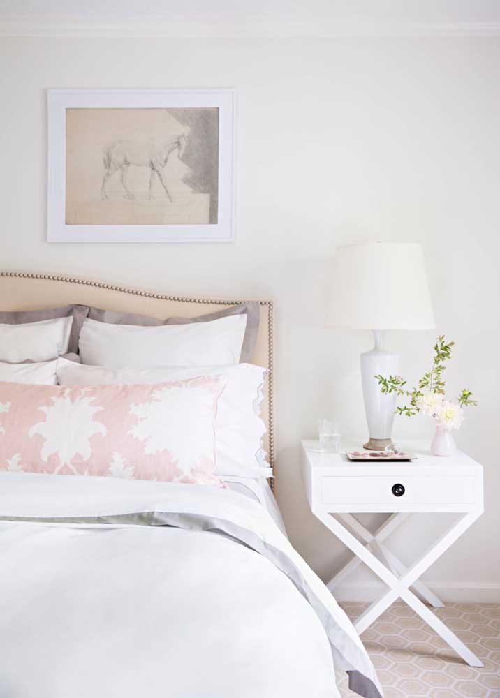 Da mesma forma acontece nessa decoração onde a cor do quadro combina com o jogo de cama, destacando o ambiente na cor branca.