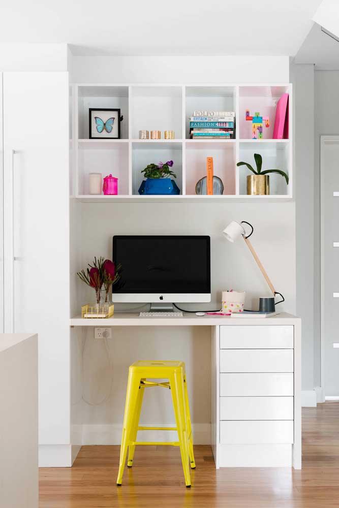 Para deixar o ambiente levemente colorido, aposte em móveis com cores fortes como o amarelo.