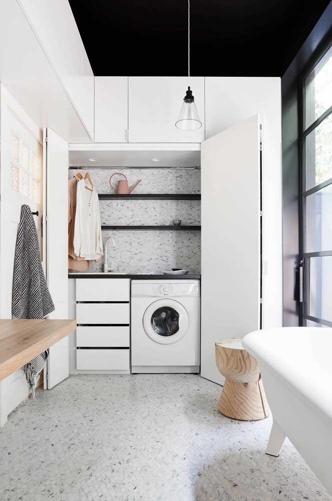 A graça da decoração desse ambiente fica por conta da estampa usada no piso e parede.