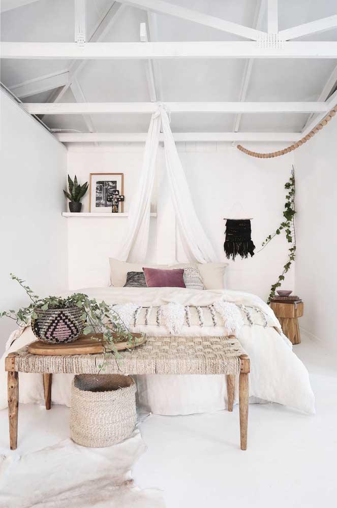 Quer seguir o estilo mais rústico na decoração do quarto? Use a cor branca nas paredes e em alguns móveis e complemente a decoração com móveis de madeira e palha.