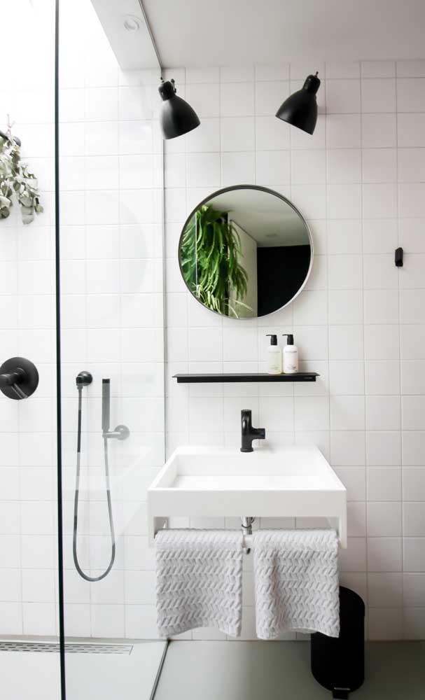 No banheiro branco, invista em alguns detalhes na cor preta para deixar o cômodo mais moderno.