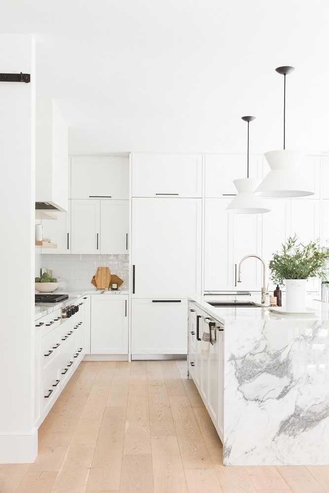 Para deixar o ambiente mais amplo, usar a cor branca é a melhor opção sem sombras de dúvida.