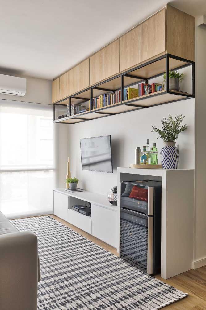 Olha como esse armário de madeira faz uma enorme diferença na decoração da sala.