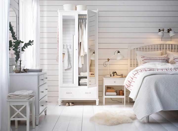 Assim como a cor rosa, fazer um quarto totalmente branco pode ser uma ótima opção para quem deseja um ambiente mais feminino.