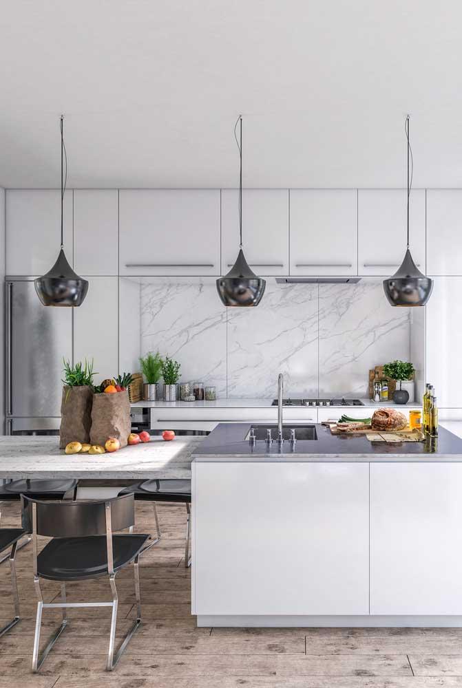Use um revestimento diferenciado para destacar a cozinha totalmente branca.