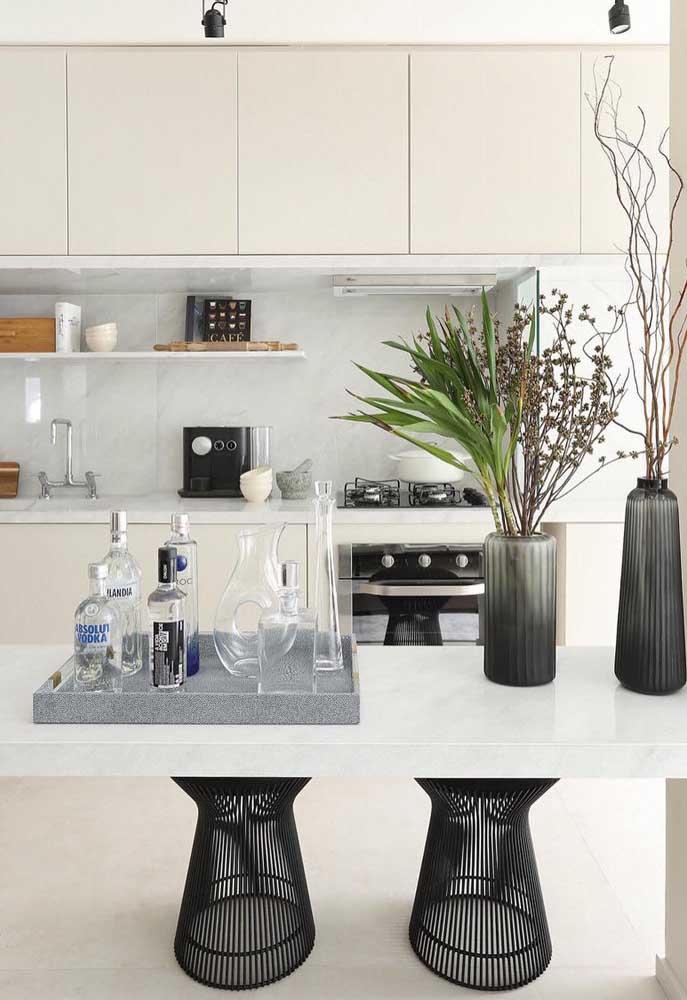 Usar cores fortes para combinar com a cor branca é uma ótima opção de decoração.