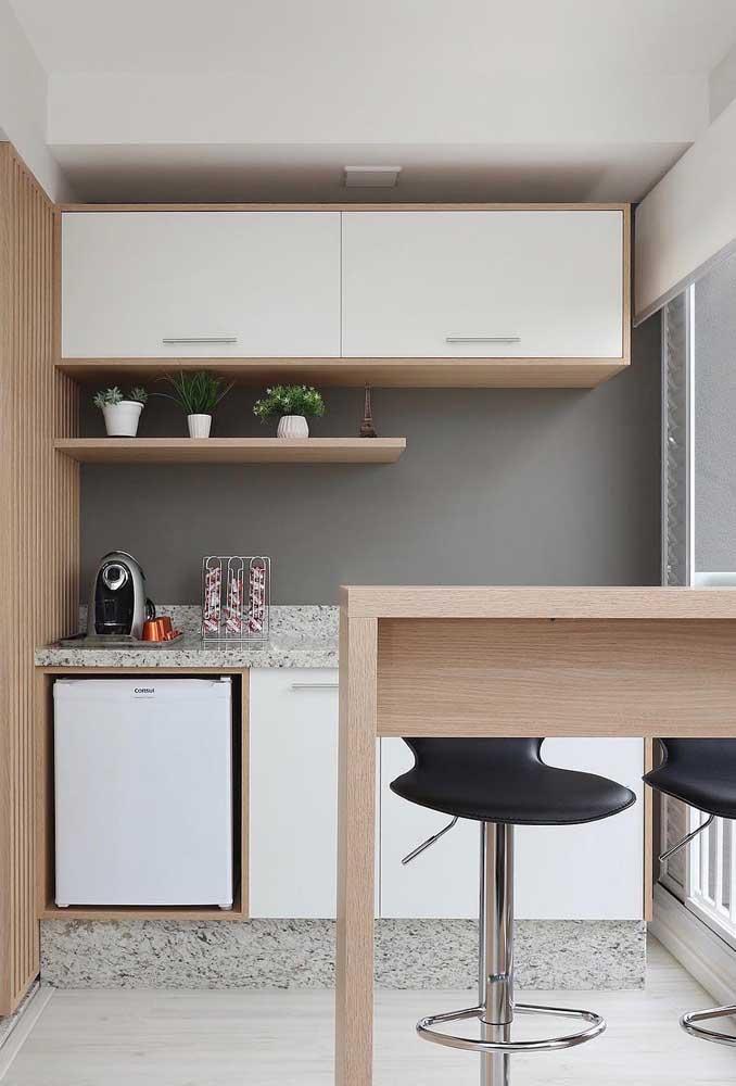 Na hora de escolher os móveis da cozinha, você pode fazer uma combinação de peças brancas e amadeiradas.