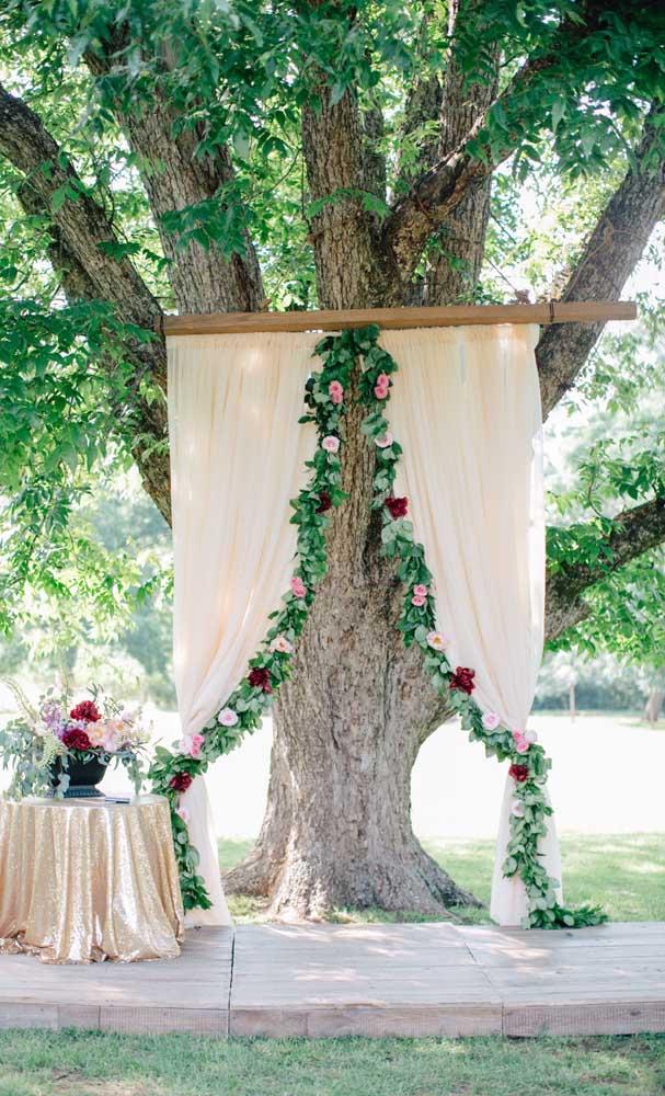 Aquele cantinho perfeito para as fotos, em um casamento simples ao ar livre
