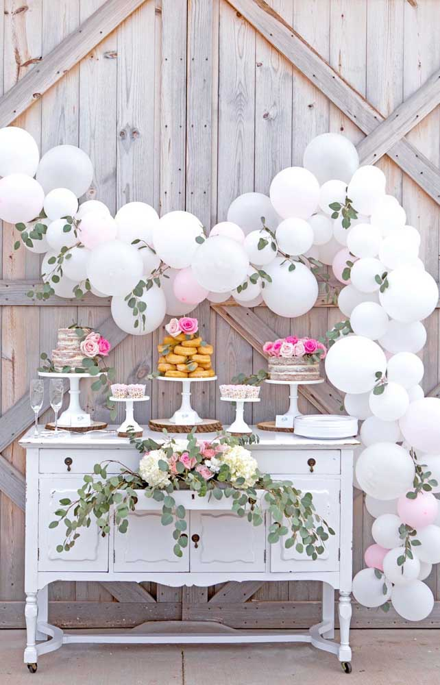 Balões brancos também são ótimas pedidas para decoração de casamento simples e barato