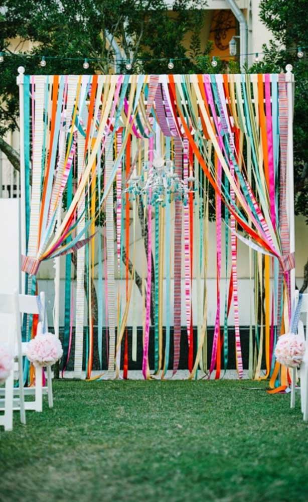 Fitas coloridas para decorar o altar do casamento simples