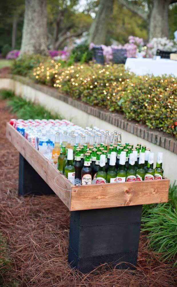 Uma inspiração genial para dispor as bebidas de forma simples e original no casamento
