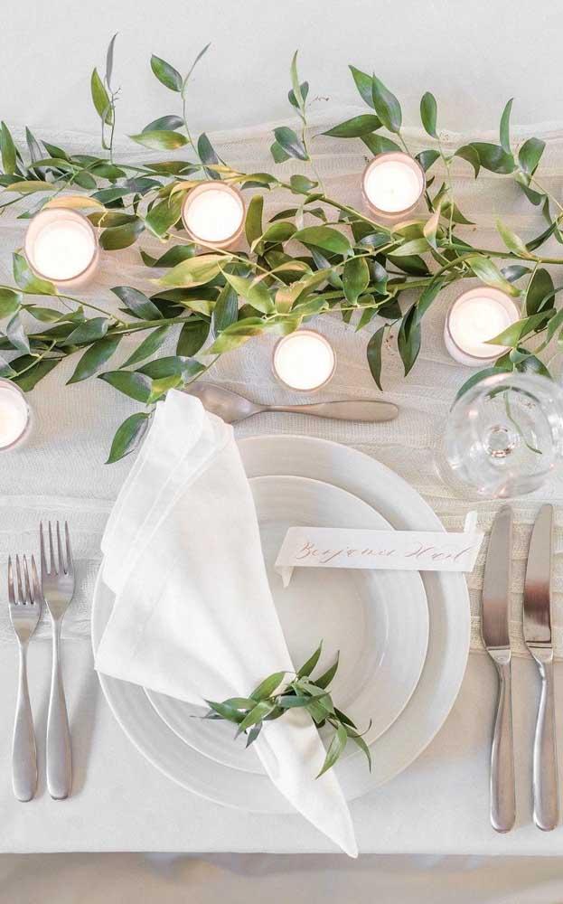 As velas e as folhas artificiais ficaram lindas na mesa de jantar simples desse casamento
