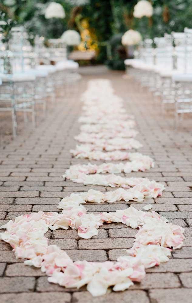 Para decorar o altar do casamento simples, as pétalas foram dispostas de uma forma diferente