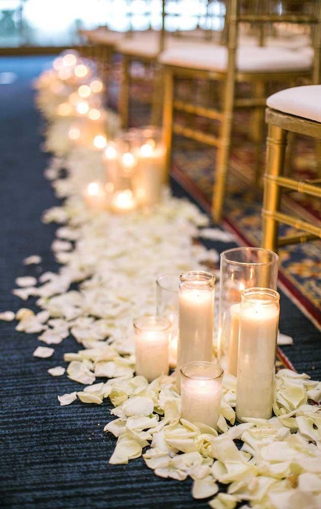 No lugar de arranjos volumosos de flores, o altar foi decorado de forma simples e bonita apenas com velas e pétalas