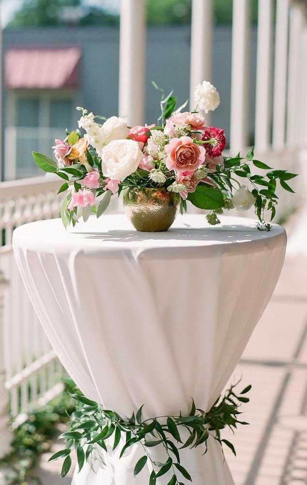 Opção delicada para decorar a mesa do casamento de forma simples e barata