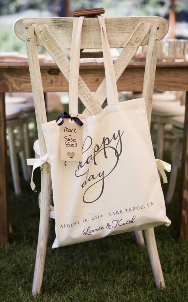A lembrancinha desse casamento simples ficou incrível na sacola retornável personalizada