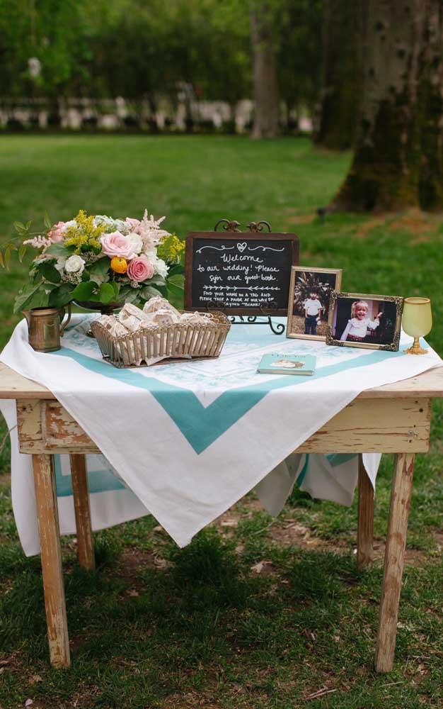 Lembra do móvel velho que mencionamos? Ele também pode servir para o altar, para a mesa de doces ou para as lembrancinhas