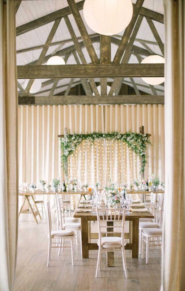 Festa de casamento simples e rústica em espaço coberto