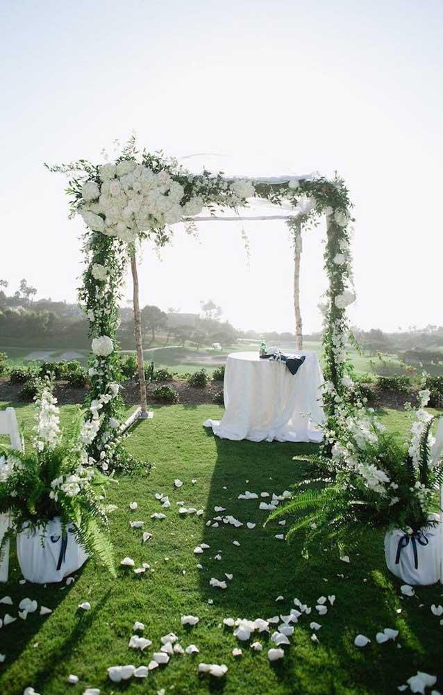 Festa de casamento simples em chácara, com altar de madeira e flores
