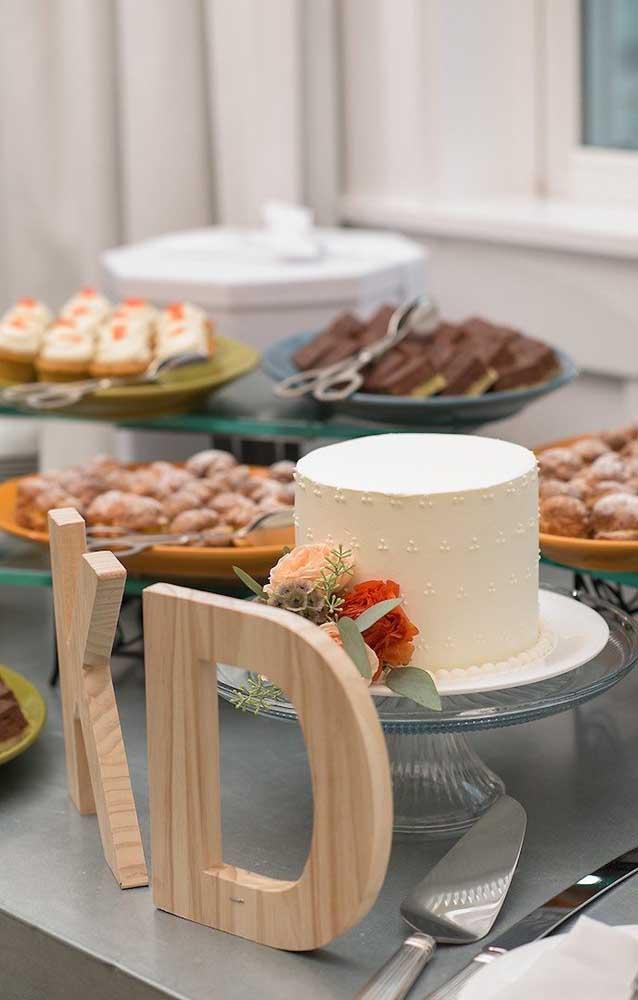 A mesa do bolo ficou simples, linda e delicada