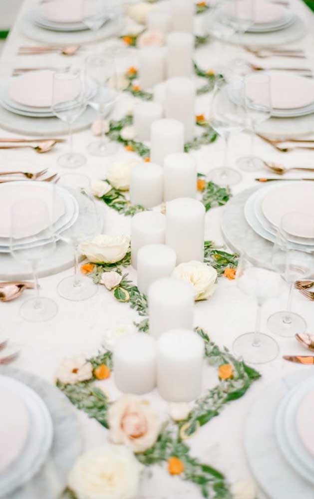 Decoração com velas para a mesa do jantar do casamento simples