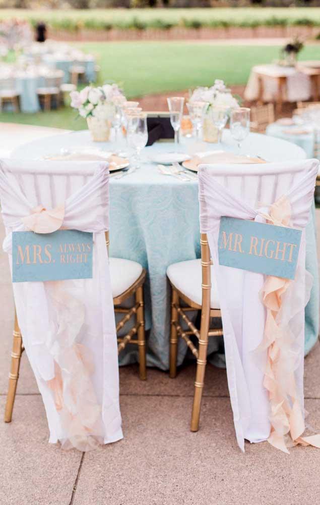 Opção de plaquinhas para marcar a mesa dos noivos em um casamento simples e divertido