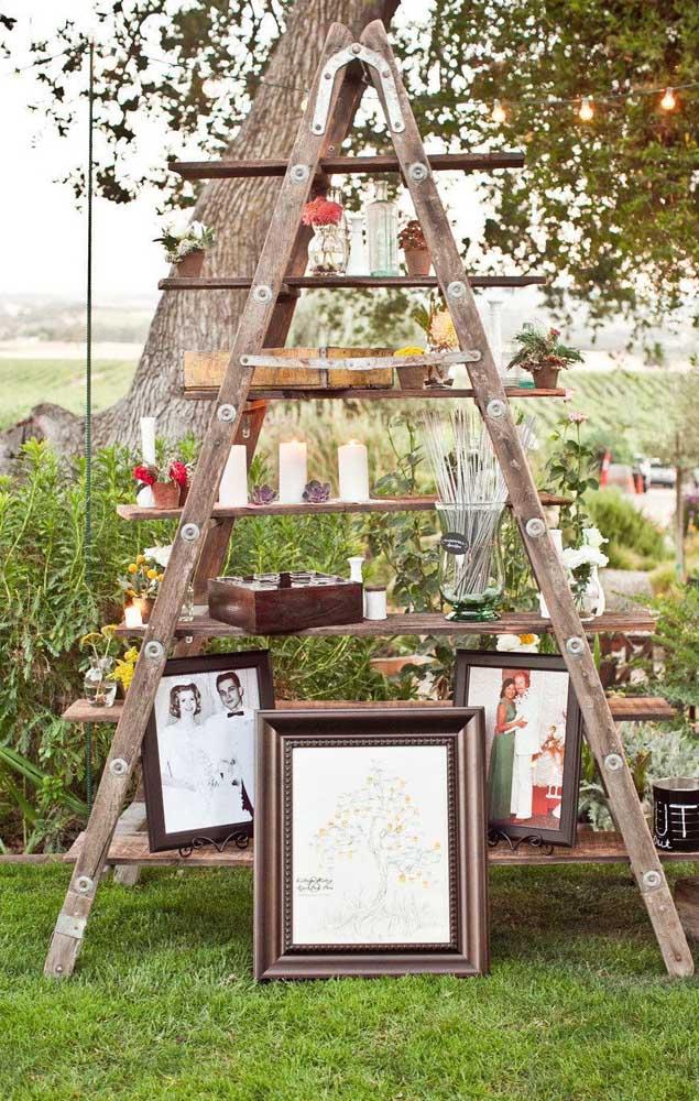 A escada ficou perfeita nessa decoração de casamento simples e rústico