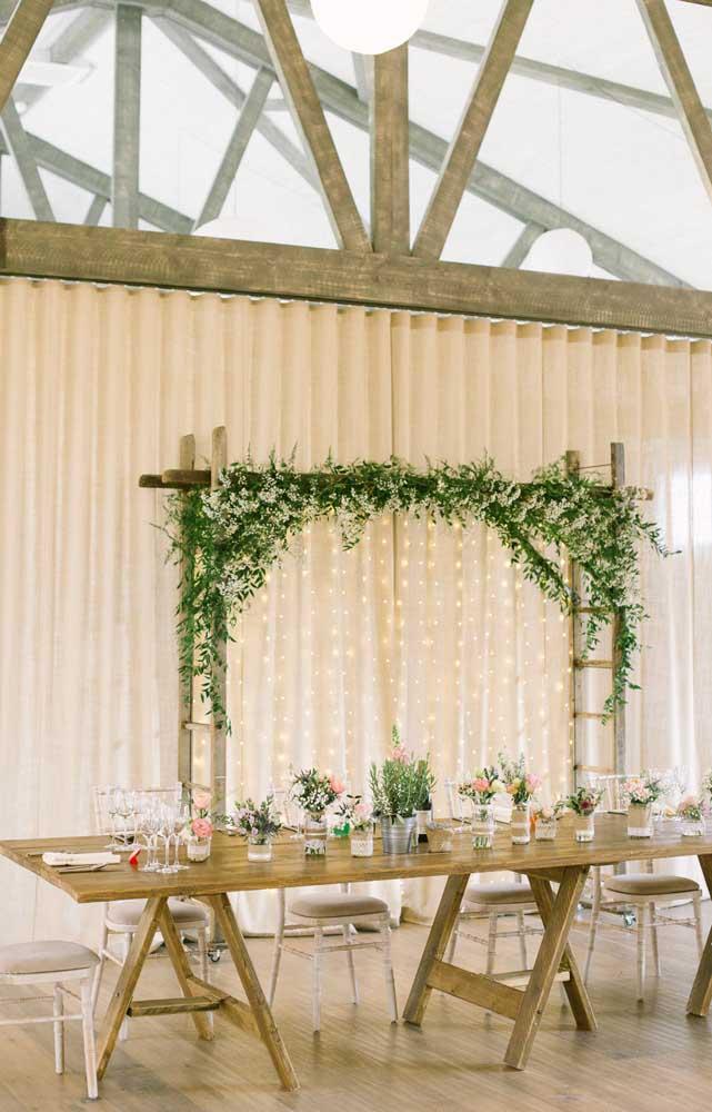 Casamento simples e rústico decorado com poucas flores e móveis de madeira