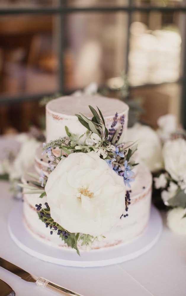 Inspiração linda de bolo decorado com flores para o casamento simples