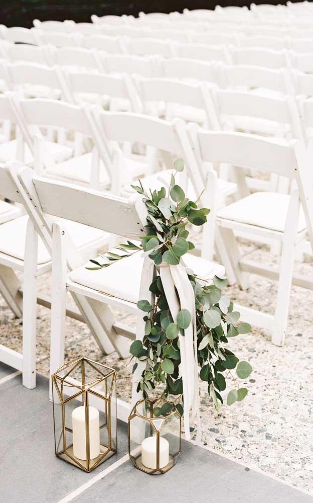 Arranjo simples de folhas para decorar as cadeiras da cerimônia do casamento