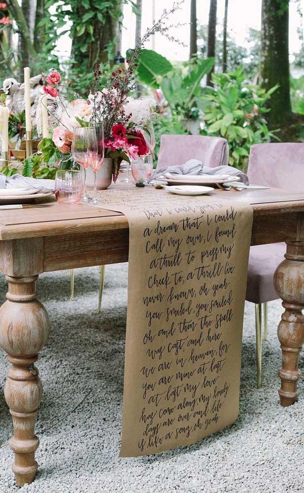 Que ideia diferente, linda e muito criativa para marcar o casamento simples: toalha de mesa feita de papel com frases escritas à mão