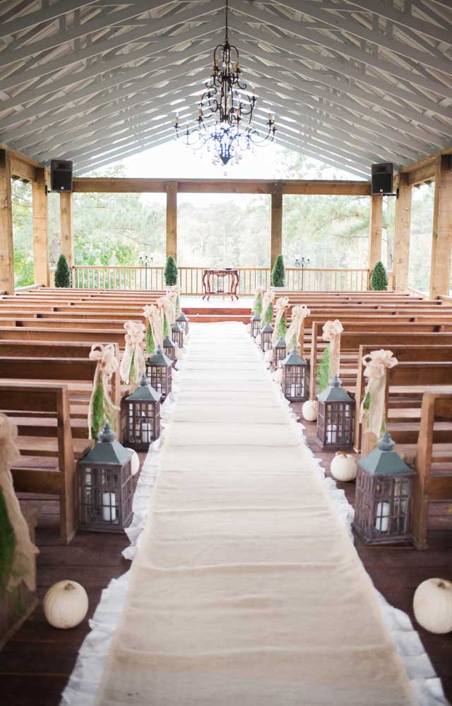 Lanternas com velas decoram essa cerimônia de casamento simples
