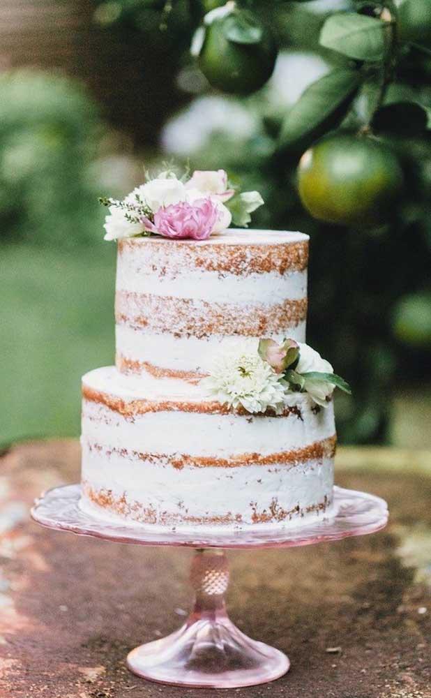 O bolo também pode entrar na contenção de gastos. Pode ser feito por você ou alguma tia, sua mãe ou amiga que cozinhe bem. E o naked cake, por exemplo, é uma opção incrível