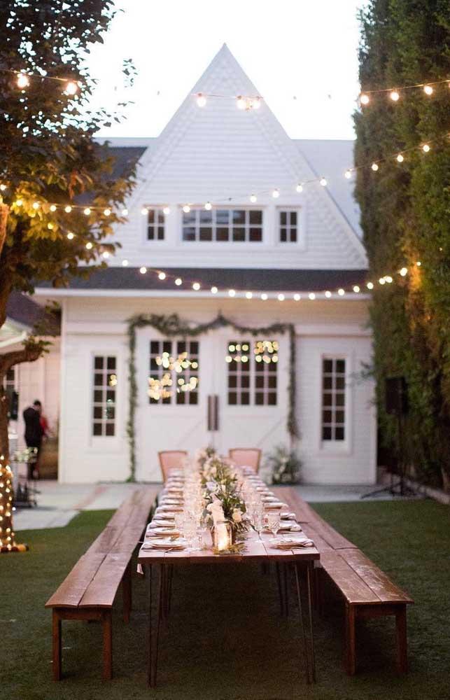 Inspiração de decoração para festa de casamento simples no jardim da casa