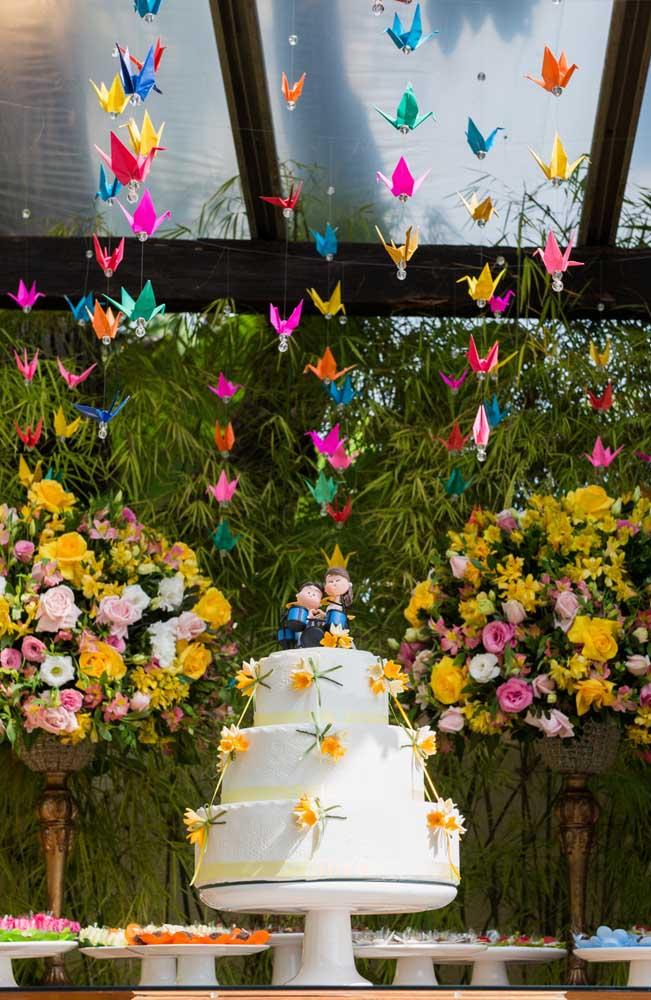 Os origamis ficaram lindos nessa decoração de mesa do bolo do casamento simples