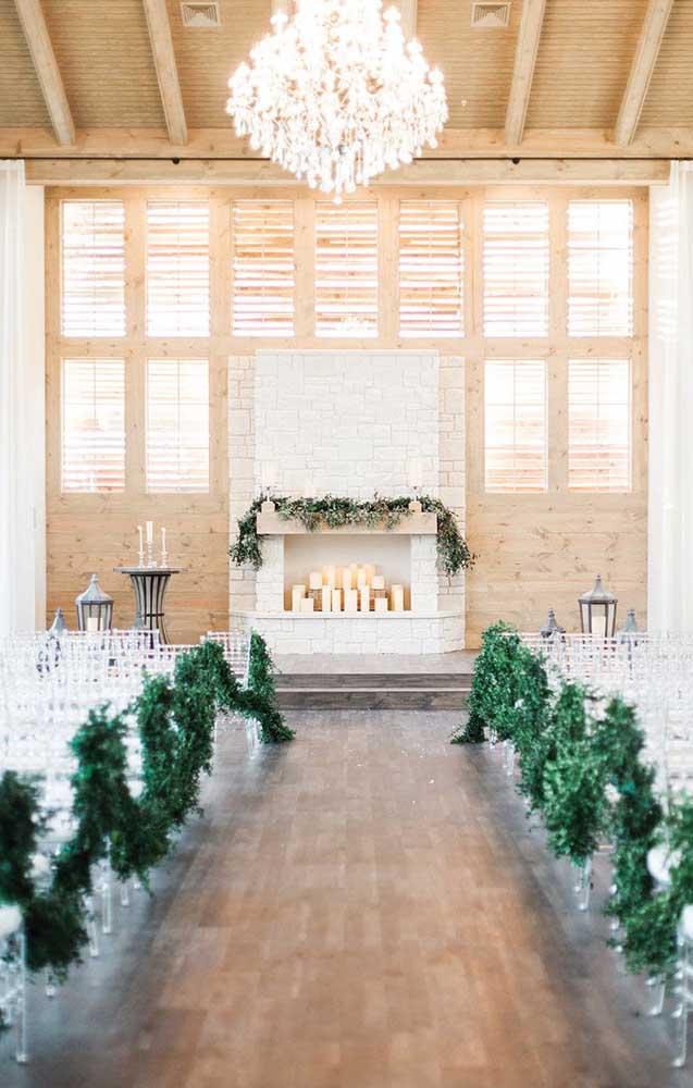 Altar para casamento simples, decorado apenas com folhas