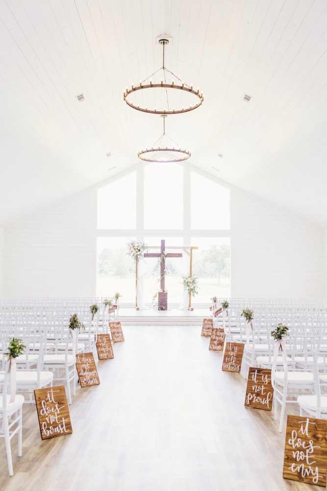 Inspiração de altar decorado com plaquinhas