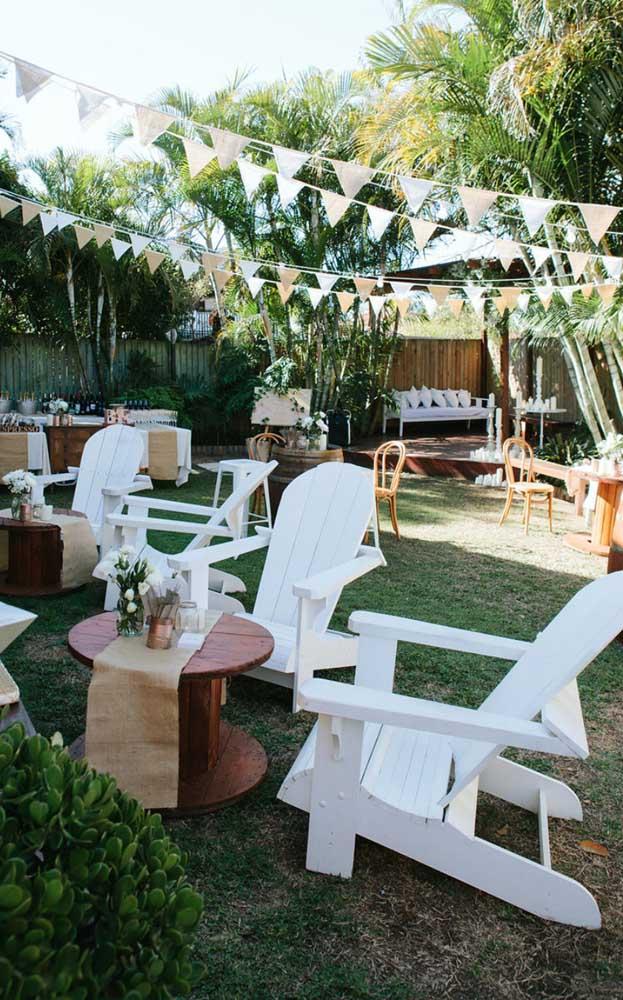 Um casamento simples e despojado decorado de modo confortável e convidativo