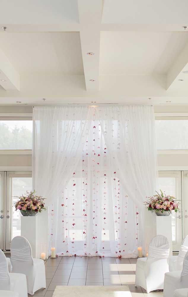 """Lindo altar decorado com """"cortina"""" de origamis e apenas dois arranjos de flores"""