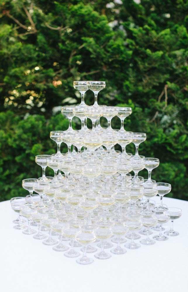 Modelo de taças de champanhe empilhadas para o casamento simples