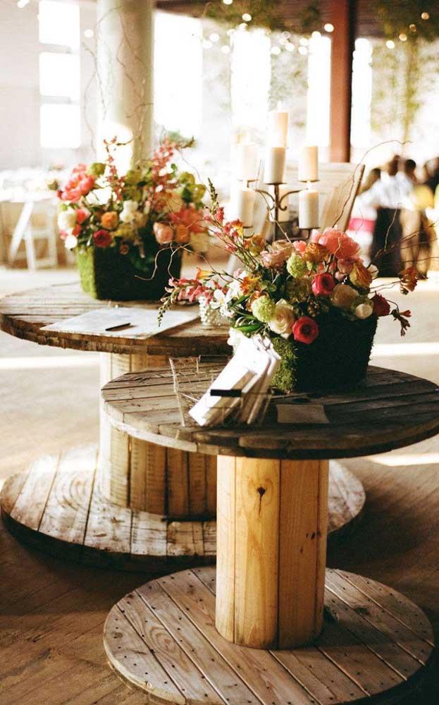 Os carretéis de madeira ficam ótimos em decoração de casamento simples e rústico
