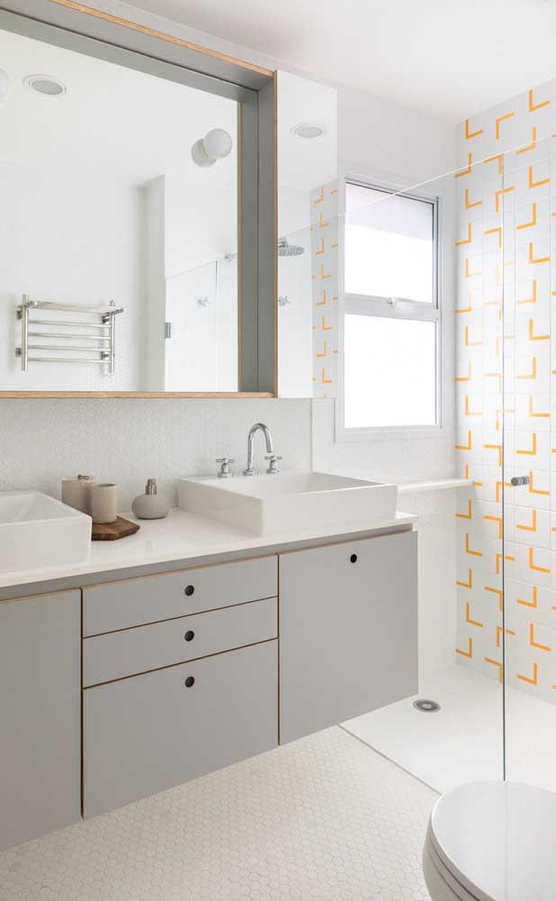 Banheiro moderno decorado de forma criativa em tons de cinza e amarelo