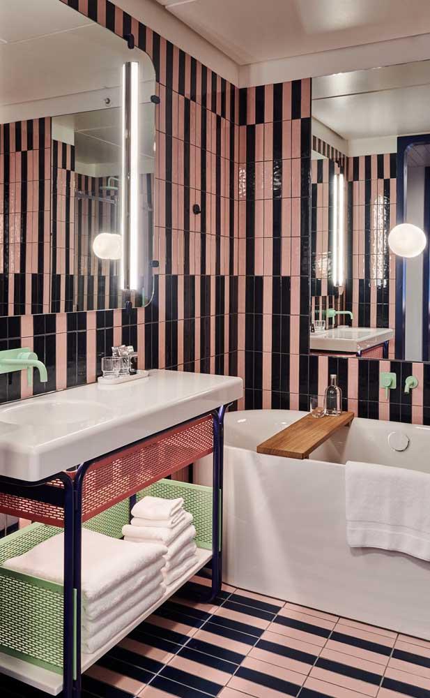 Um super banheiro cheio de personalidade em tons de rosa, verde e preto